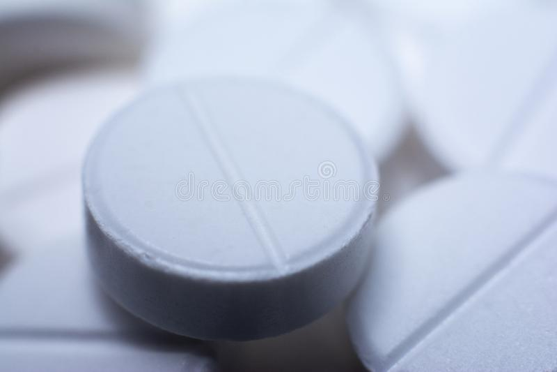Heel wat witte pillen Pillenmacro De tabletten kunnen als achtergrond in geneeskunde gebruiken stock afbeelding
