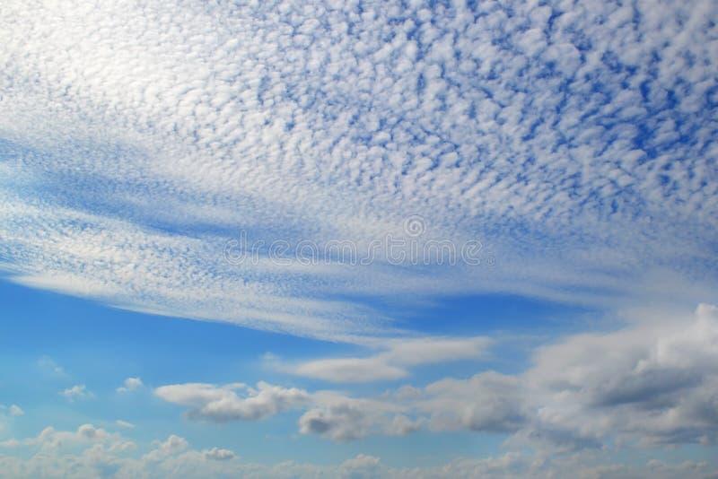 Heel wat witte wolken van verschillende types: cumulus, cirrus, gelaagde hoogte in blauwe hemel stock afbeelding