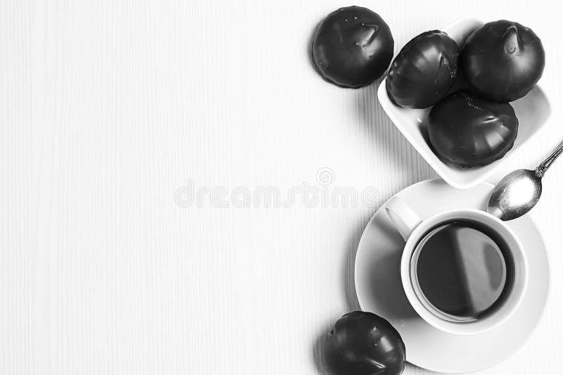 Download Heemst In Chocolade Op De Plaat Heemst In Chocolat Stock Afbeelding - Afbeelding bestaande uit zwart, pluizig: 107700963