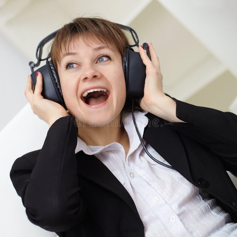 Download Heerful τηλέφωνα αυτιών που τρα&gamm Στοκ Εικόνα - εικόνα από διευθυντής, κραυγή: 17054525
