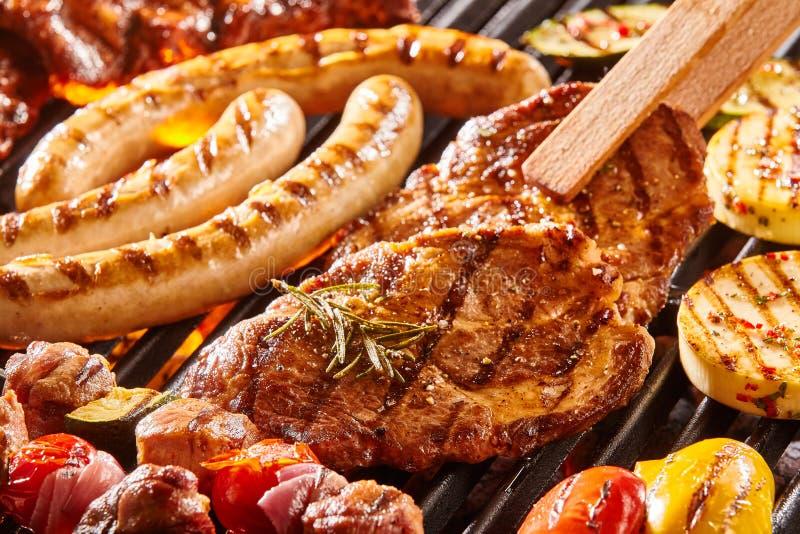 Heerlijk assortiment van vlees op BBQ royalty-vrije stock afbeelding