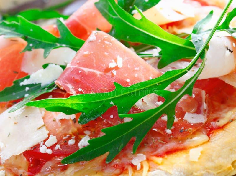 Heerlijk bovenste laagje voor Italiaanse pizza stock foto's
