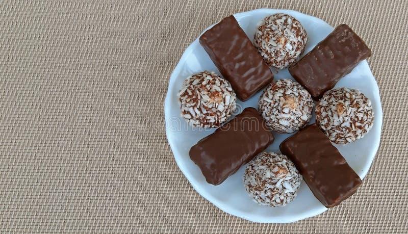 Heerlijk Chocoladesuikergoed in een plaat De ruimte van het exemplaar stock afbeelding