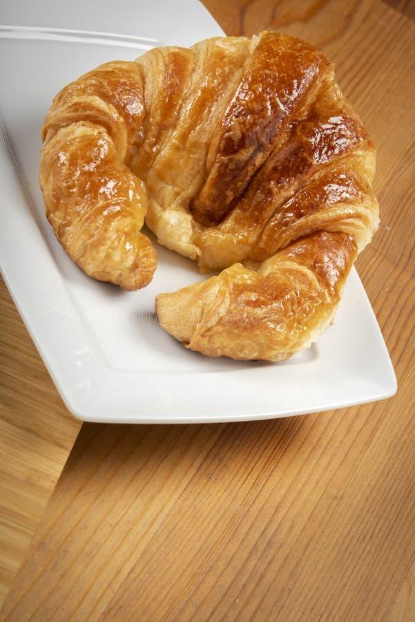 Heerlijk croissant op de plaat stock fotografie