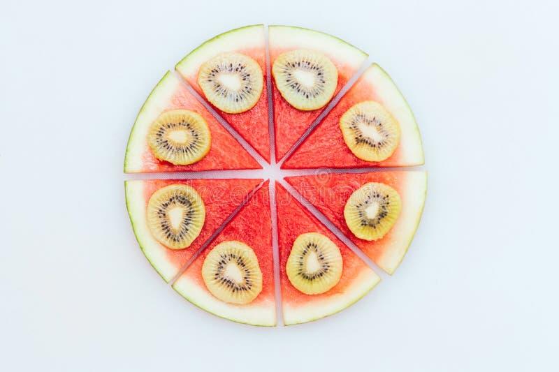 Heerlijk de zomerdessert Watermeloenpizza met plakken van kiwi over witte achtergrond wordt ge?soleerd die Het concept van de voe royalty-vrije stock foto