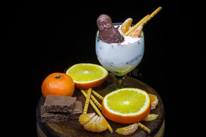 Heerlijk dessert met fruit en Santa Claus-chocoladecijfer stock foto