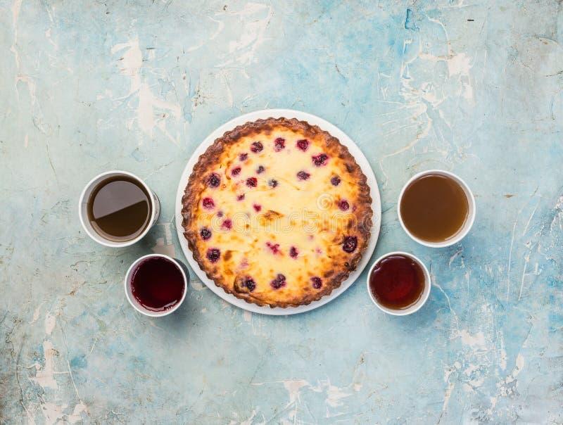Heerlijk dessert op een plaat met vier soorten thee Zoete smakelijke kaastaart met verse bessen Hoogste mening royalty-vrije stock foto