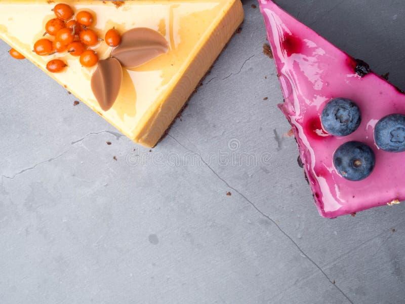Heerlijk dessert scherp met verse bessen en slagroom, zoete smakelijke kaastaart, bessenpastei Franse keuken stock foto