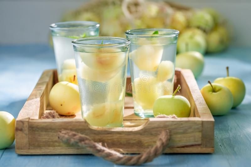 Heerlijk die appelsap van verse vruchten wordt gemaakt royalty-vrije stock afbeeldingen