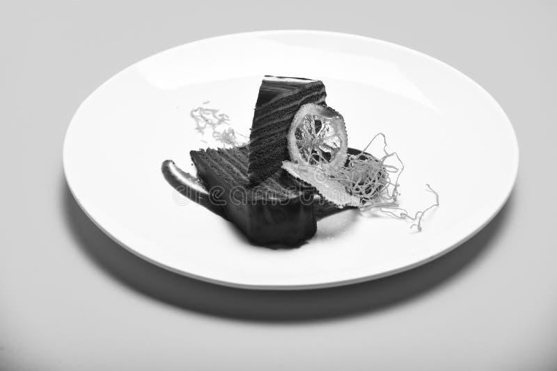 Heerlijk die browniegebakje in koffie of bakkerij wordt gediend Het concept van de luxepatisserie Stuk van chocoladecake met vele royalty-vrije stock afbeelding