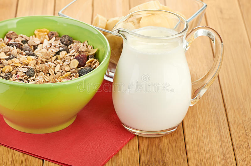 Heerlijk en gezond graangewas in kom met melk stock fotografie