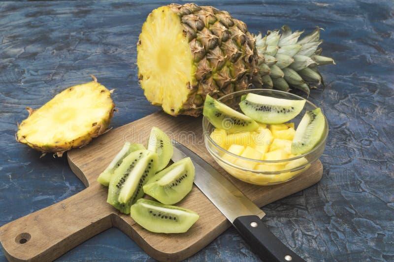 Heerlijk en gezond kiwi en ananasfruit stock foto