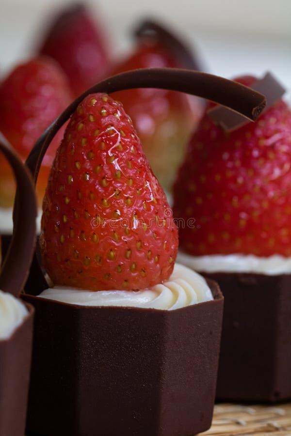 Heerlijk en smakelijk Aardbei, room en chocoladesuikergoed royalty-vrije stock fotografie