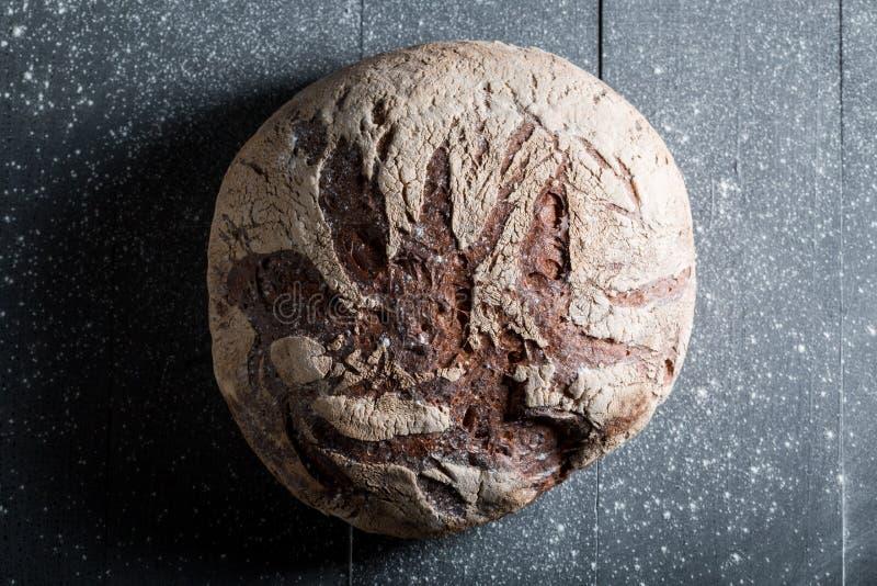 Heerlijk en vers brood met gehele korrels voor ontbijt stock afbeeldingen