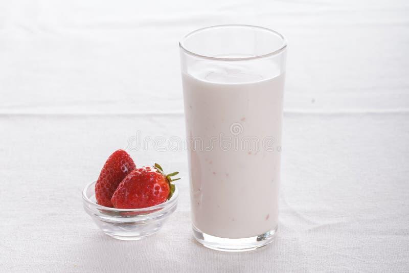 Heerlijk fruit, Griekse yoghurt en granolaparfaits op witte achtergrond stock fotografie