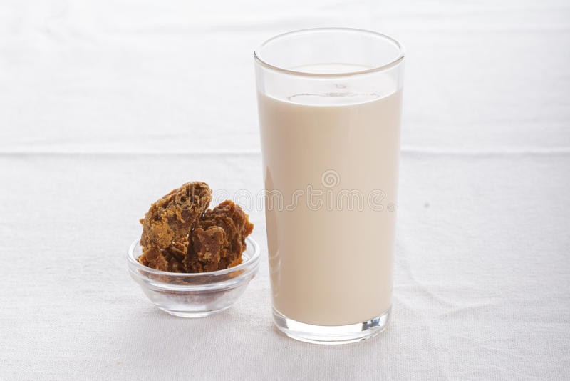 Heerlijk fruit, Griekse yoghurt en granolaparfaits op witte achtergrond stock afbeelding