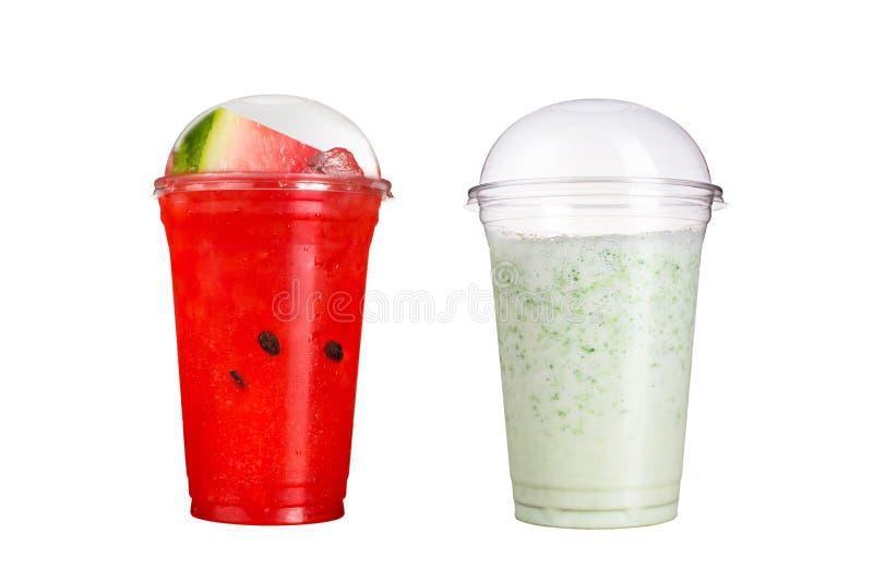 Heerlijk fruit smoothies in plastic koppen, op een witte achtergrond Twee cocktails met de smaak van watermeloen en melk stock foto's