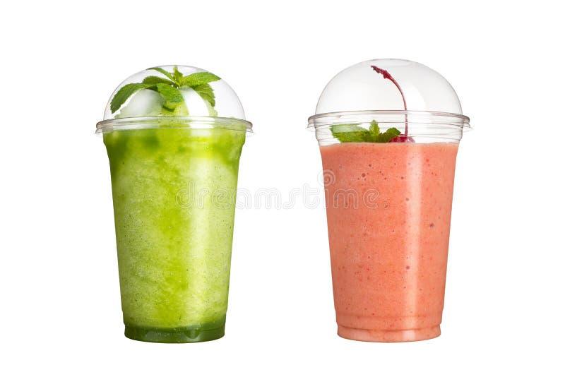 Heerlijk fruit smoothies in plastic koppen, op een witte achtergrond Twee cocktails met een smaak van kiwi en kers stock foto