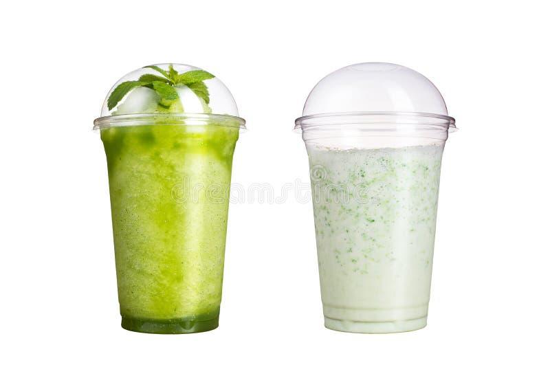 Heerlijk fruit smoothies in plastic koppen, op een witte achtergrond Twee cocktails met een smaak van kiwi en melk royalty-vrije stock afbeeldingen