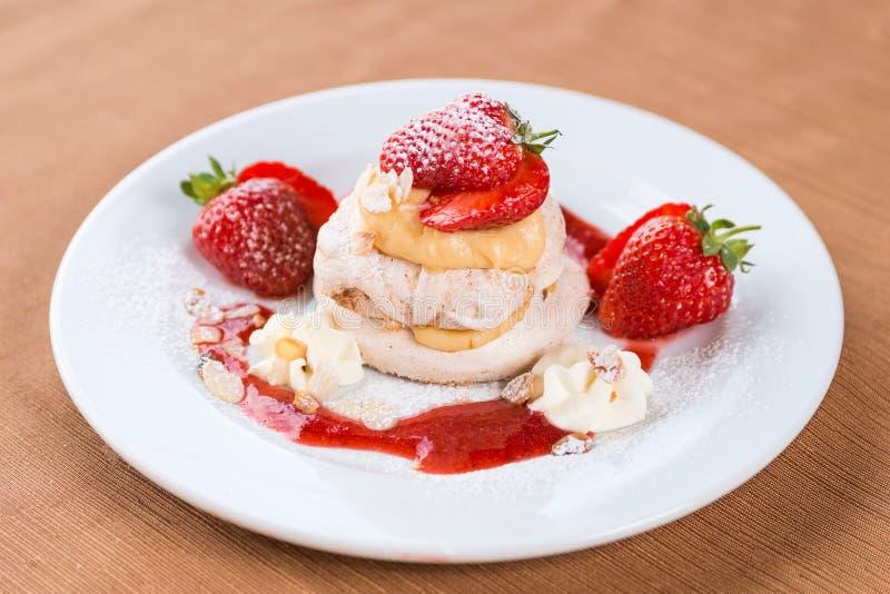 Heerlijk fruitig dessert met aardbeien royalty-vrije stock fotografie