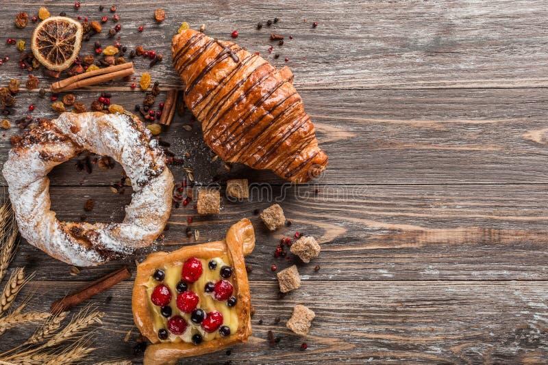 Heerlijk geassorteerd cakes en croissant voor een vakantie Hoogste mening en exemplaarruimte royalty-vrije stock foto's