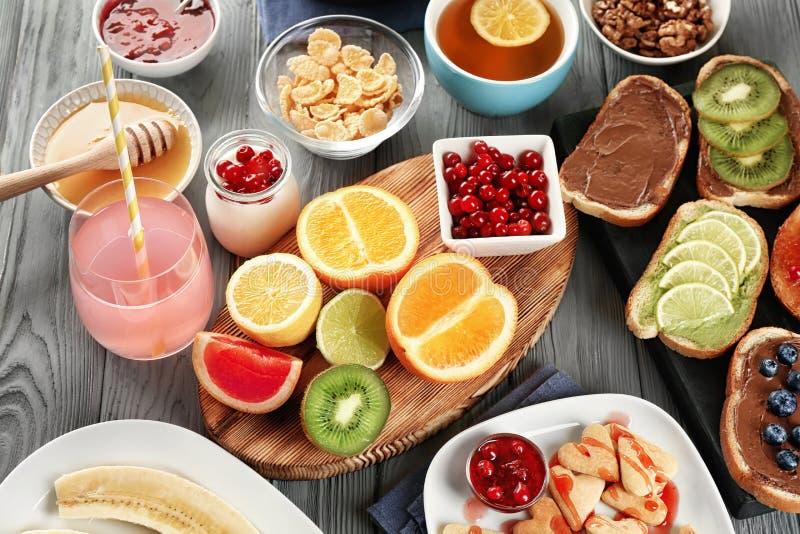 Heerlijk gediend ontbijt stock afbeeldingen
