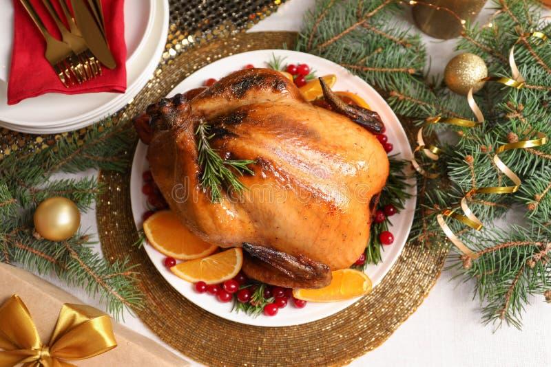 Heerlijk geroosterd Turkije dat voor Kerstmisdiner wordt gediend op lijst royalty-vrije stock afbeelding