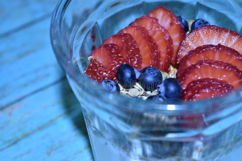 Heerlijk gezond rood vruchten gastronomisch parfait royalty-vrije stock foto's