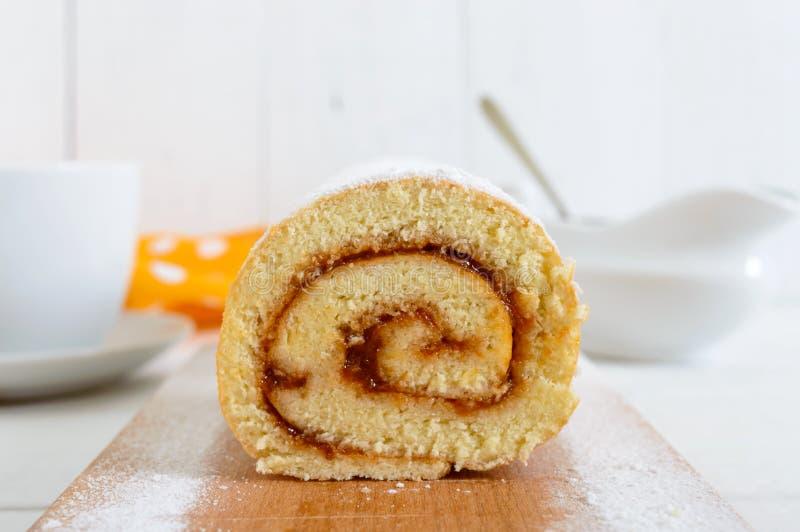 Heerlijk koekjesbroodje met abrikozenjam op een witte houten lijst Scherp close-up royalty-vrije stock afbeeldingen
