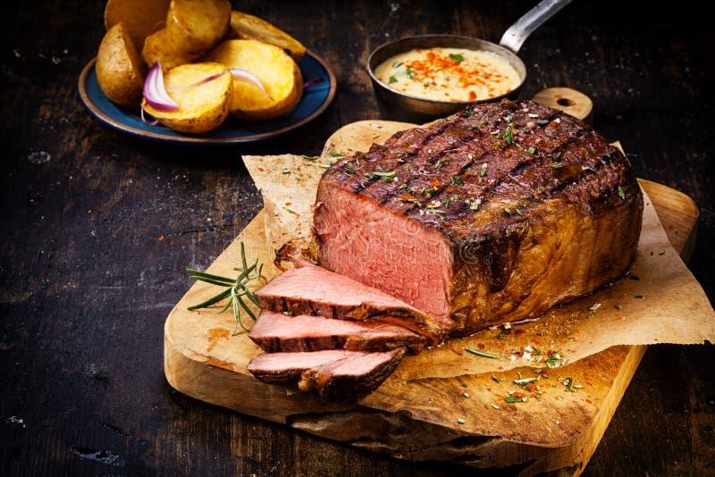 Heerlijk mager zeldzaam braadstukrundvlees stock foto
