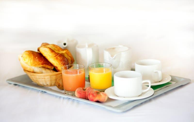 Heerlijk ontbijt dat in bed wordt gediend stock fotografie
