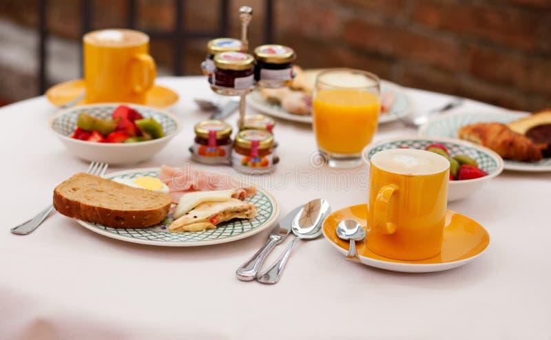 Heerlijk ontbijt dat voor twee wordt gediend stock afbeelding