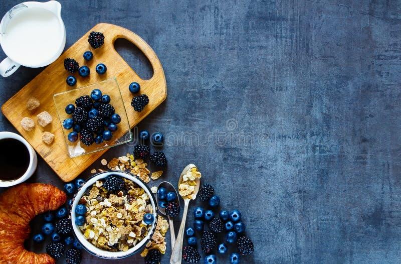 Heerlijk ontbijt met bessen stock afbeelding