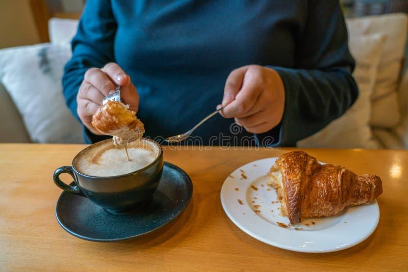 Heerlijk ontbijt met heet Cappuccino en croissant royalty-vrije stock afbeeldingen