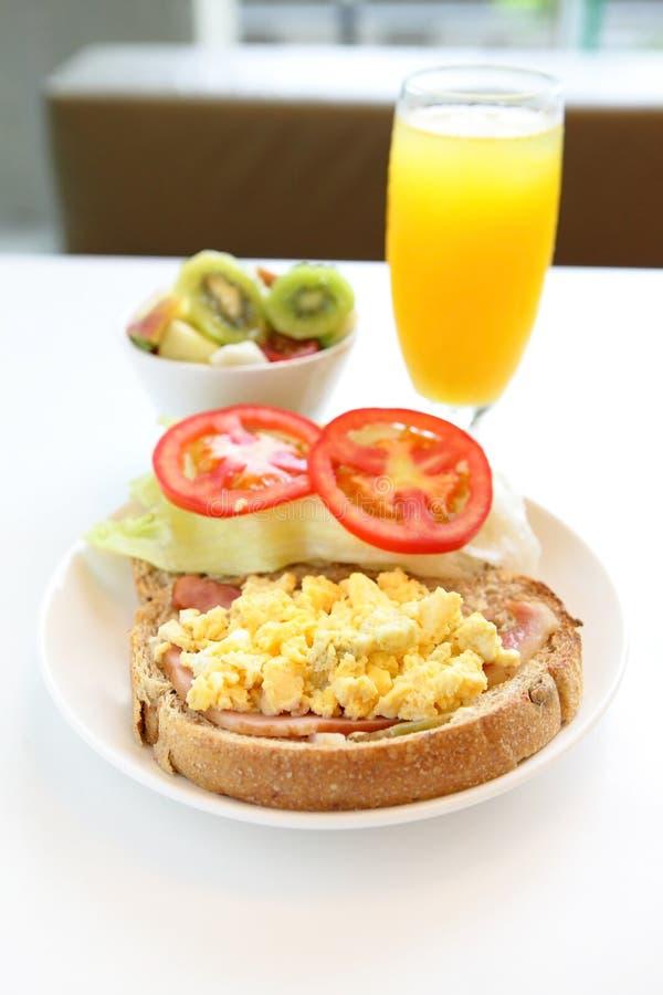 Heerlijk ontbijt met jus d'orange royalty-vrije stock fotografie