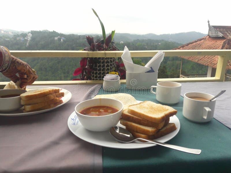 Heerlijk Ontbijt met mooie bergmening stock fotografie