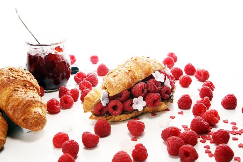 Heerlijk ontbijt met verse croissants en rijpe bessen stock foto's
