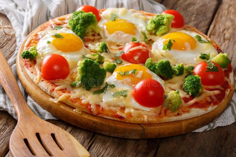 Heerlijk ontbijt: pizza met eieren, broccoli, tomaten en haar royalty-vrije stock afbeeldingen