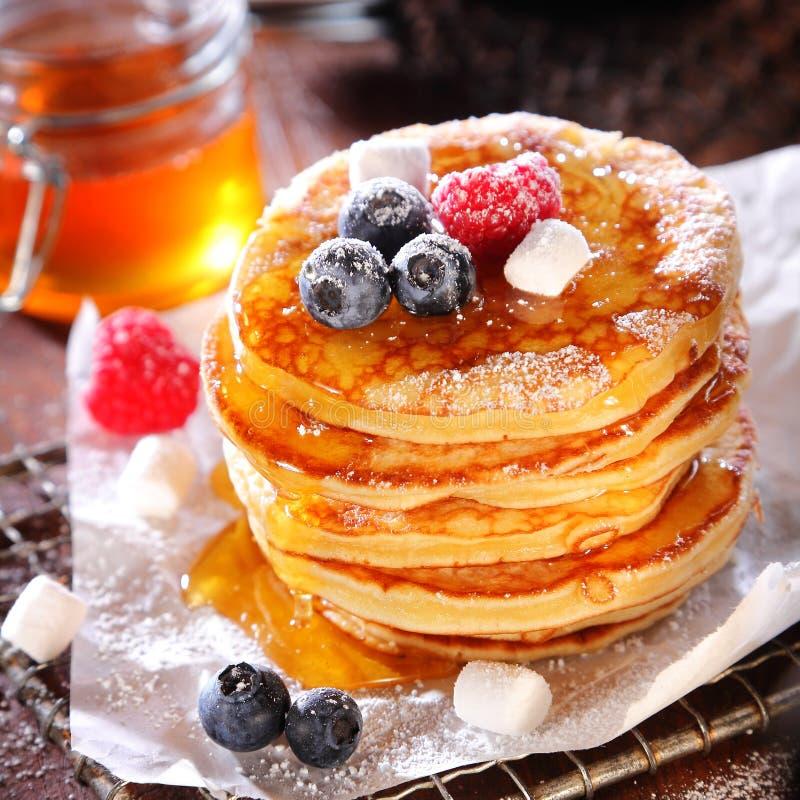 Heerlijk ontbijt van fruitige bessenpannekoeken stock foto