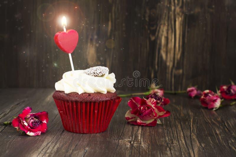 Heerlijk rood fluweel cupcake met het branden van kaars royalty-vrije stock foto's
