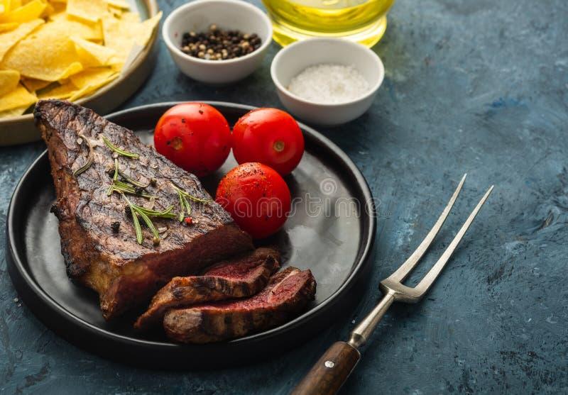Heerlijk rundvleeslapje vlees met salade, aromatische kruiden, cherytomaten royalty-vrije stock fotografie
