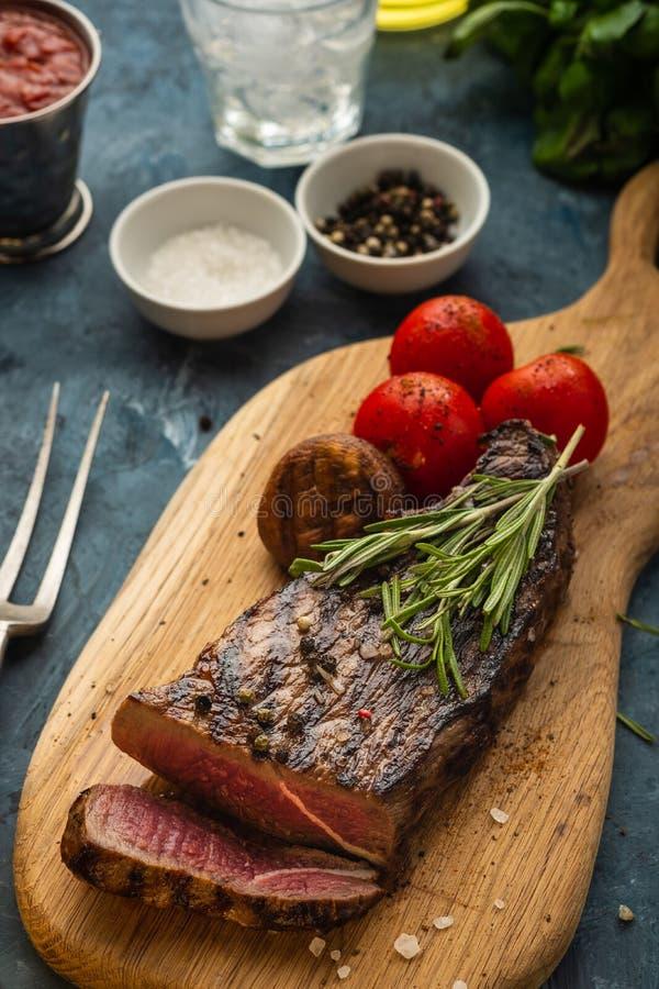 Heerlijk rundvleeslapje vlees op houten scherpe raad Gesneden geroosterde bij stock fotografie