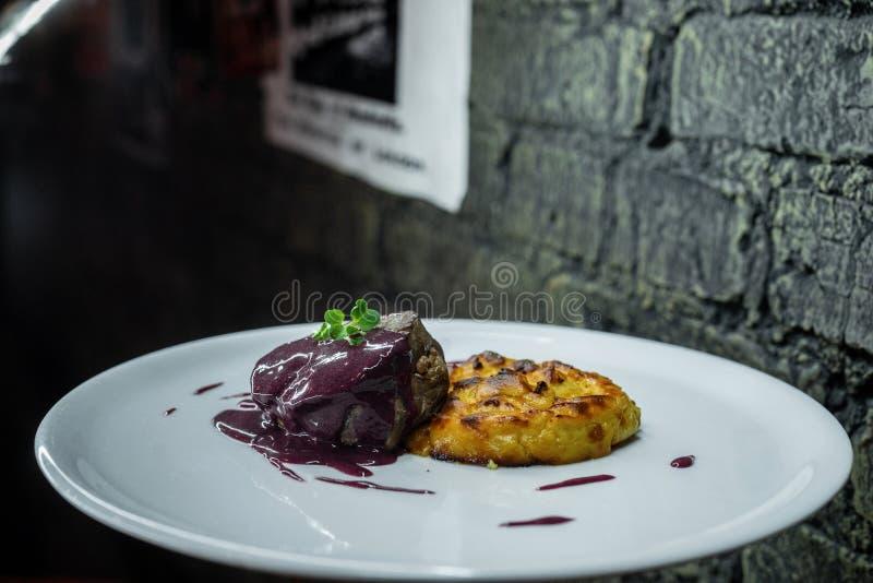 Heerlijk sappig geroosterd vlees in een zoete saus met aardappelpannekoeken Hete gezonde lunch Close-up stock foto's