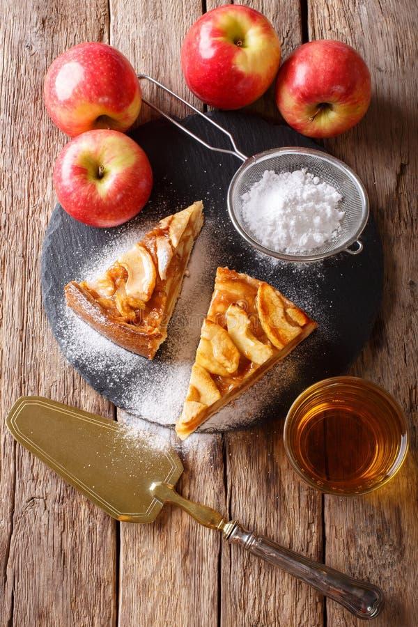 Heerlijk stuk van appeltaart met gepoederd dicht suiker en sap stock foto's