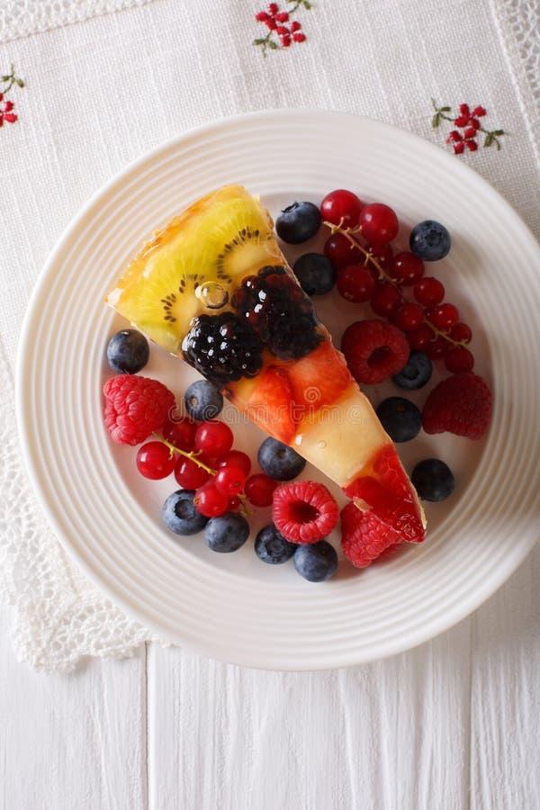 Heerlijk stuk van de geleiclose-up van de fruitcake op een plaat Vertica stock fotografie