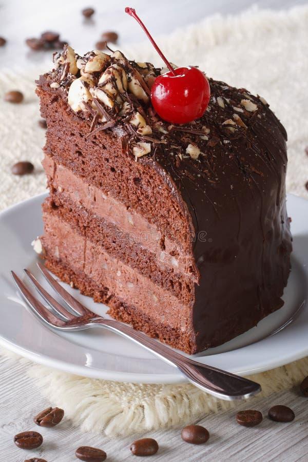Heerlijk stuk van donkere chocoladecake met kers royalty-vrije stock foto