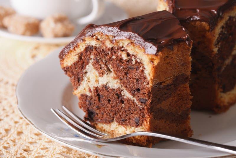 Heerlijk stuk van marmeren cake met chocolademacro horizontaal royalty-vrije stock afbeeldingen