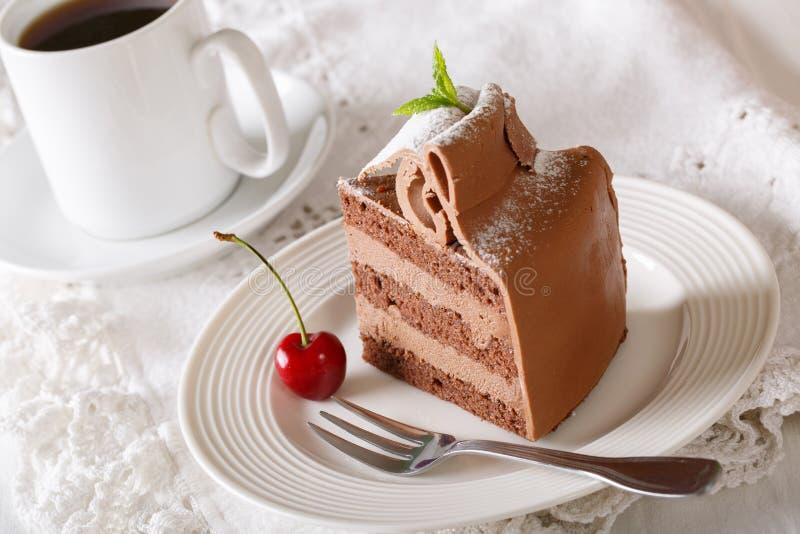Heerlijk stuk van van de chocoladecake en koffie close-up horizonta stock foto