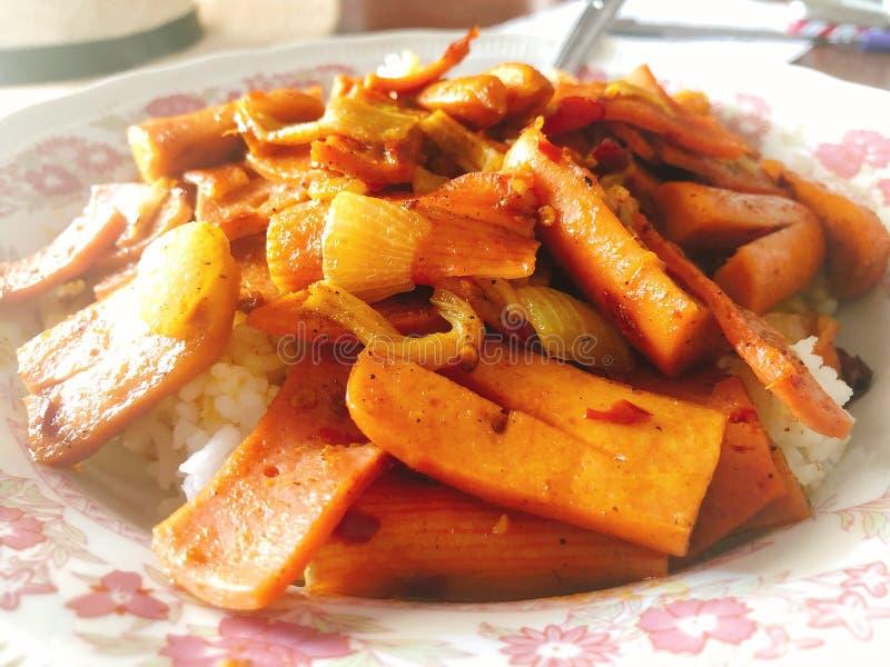 Heerlijk Thais voedsel; beweeg gebraden gerecht stock afbeeldingen