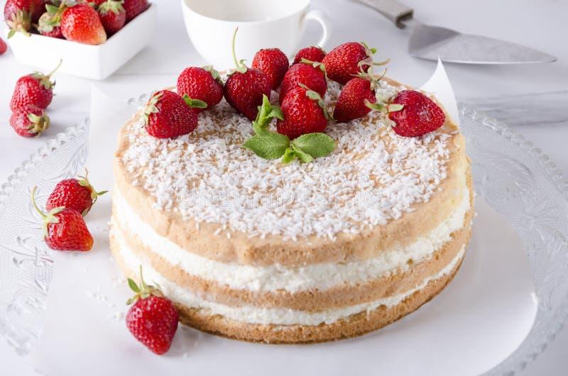 Heerlijk traditioneel biscuitgebak, aardbei, kop thee op de witte marmeren lijst royalty-vrije stock foto